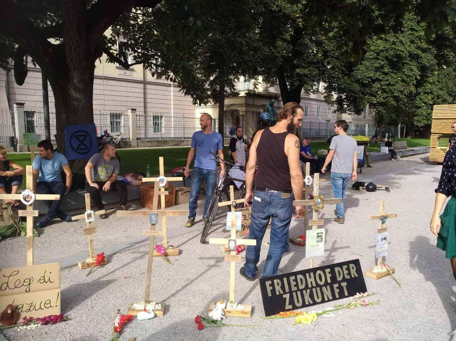 """Holzkreuze symbolisieren den """"Friedhof der Zukunft"""" und stehen für künftig aussterbende Tier- und Pflanzenarten"""