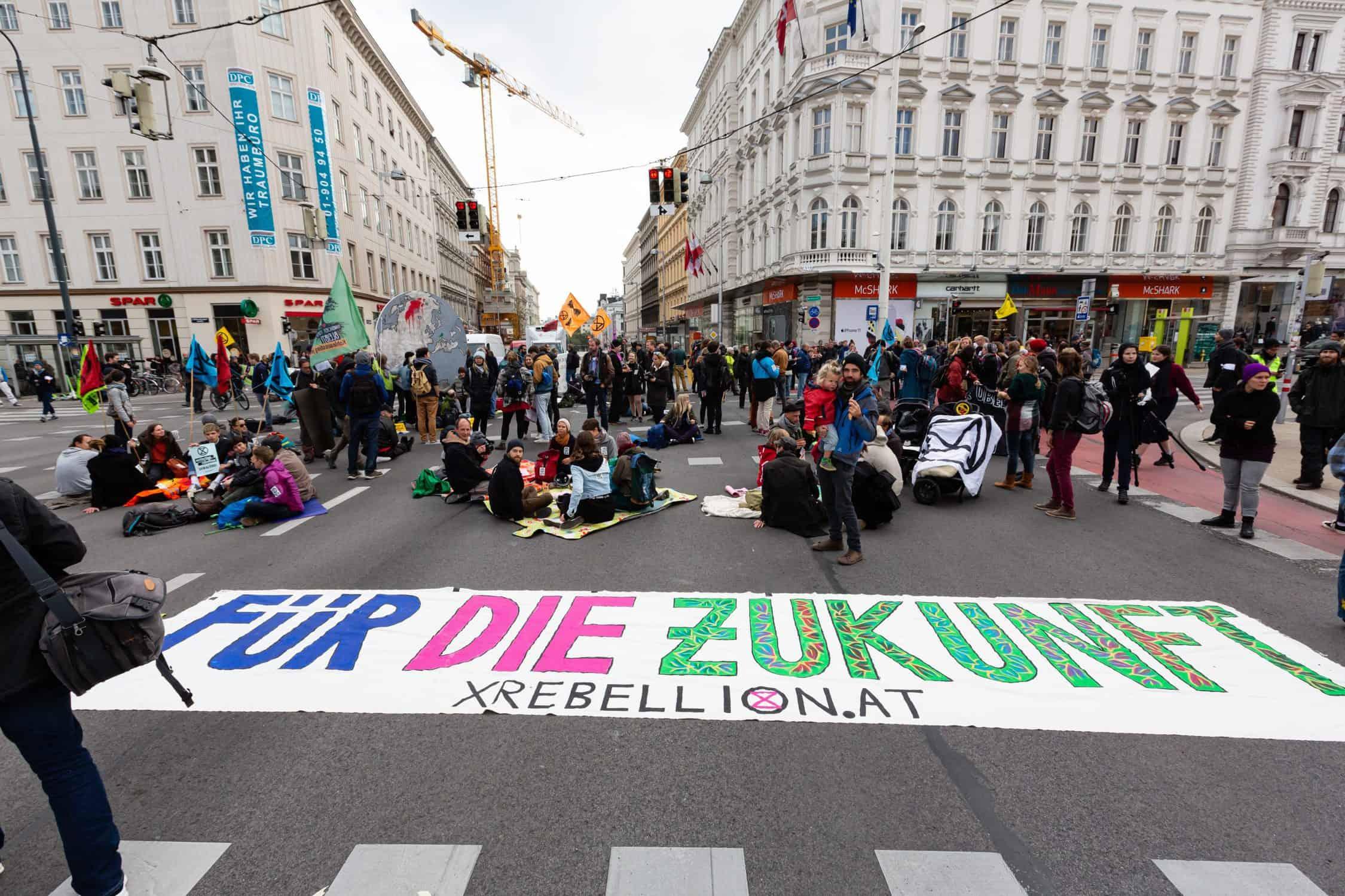 XR AktivistInnen blockieren die Kreuzung Getreidemarkt/Mariahilfer Straße in Wien im Rahmen der Rebellion Week im Oktober 2019