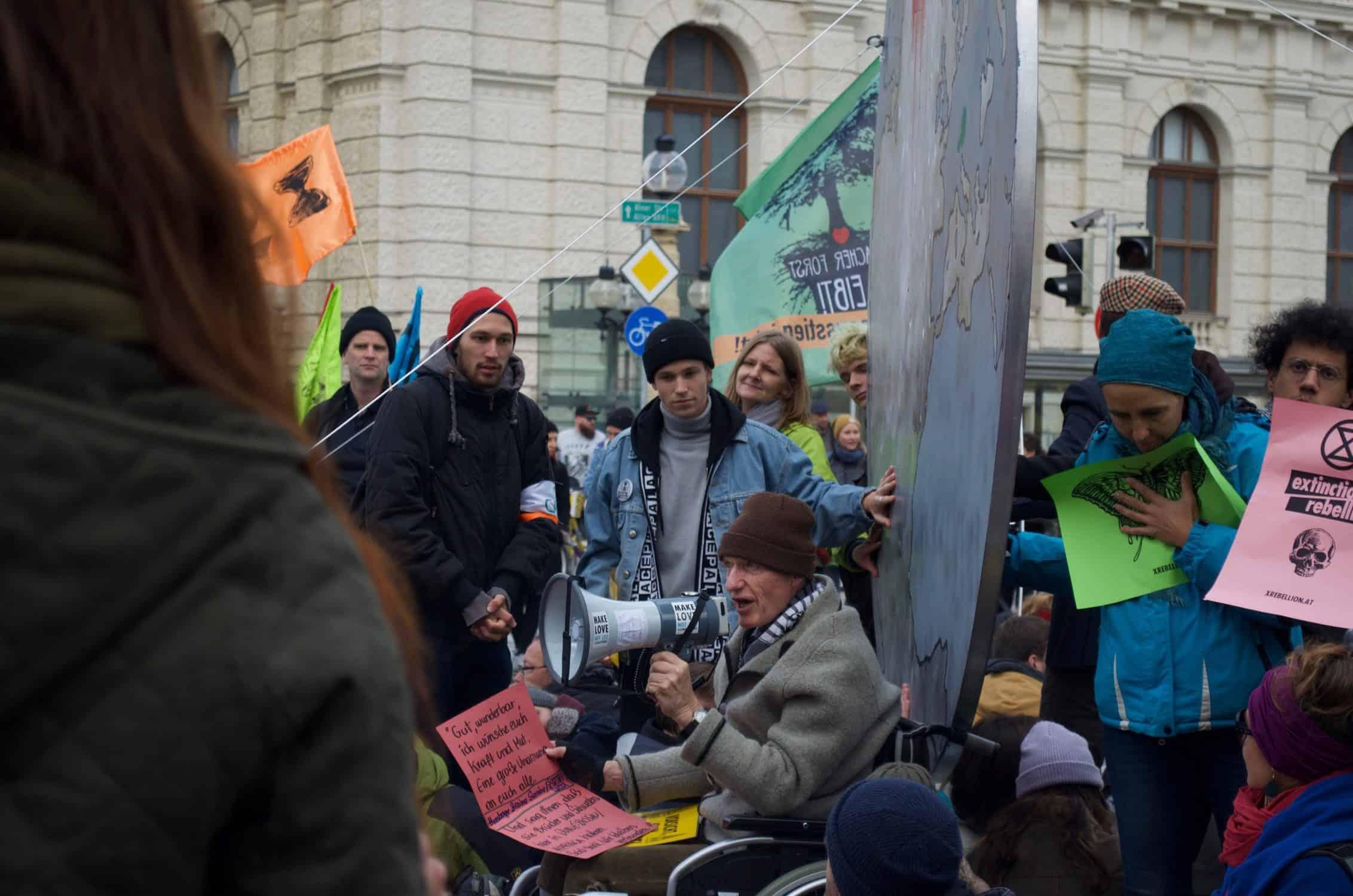 Festgeklebte XR AktivistInnen blockieren die Kreuzung Getreidemarkt/Mariahilfer Straße im Rahmen der Rebellion Week im Oktober 2019