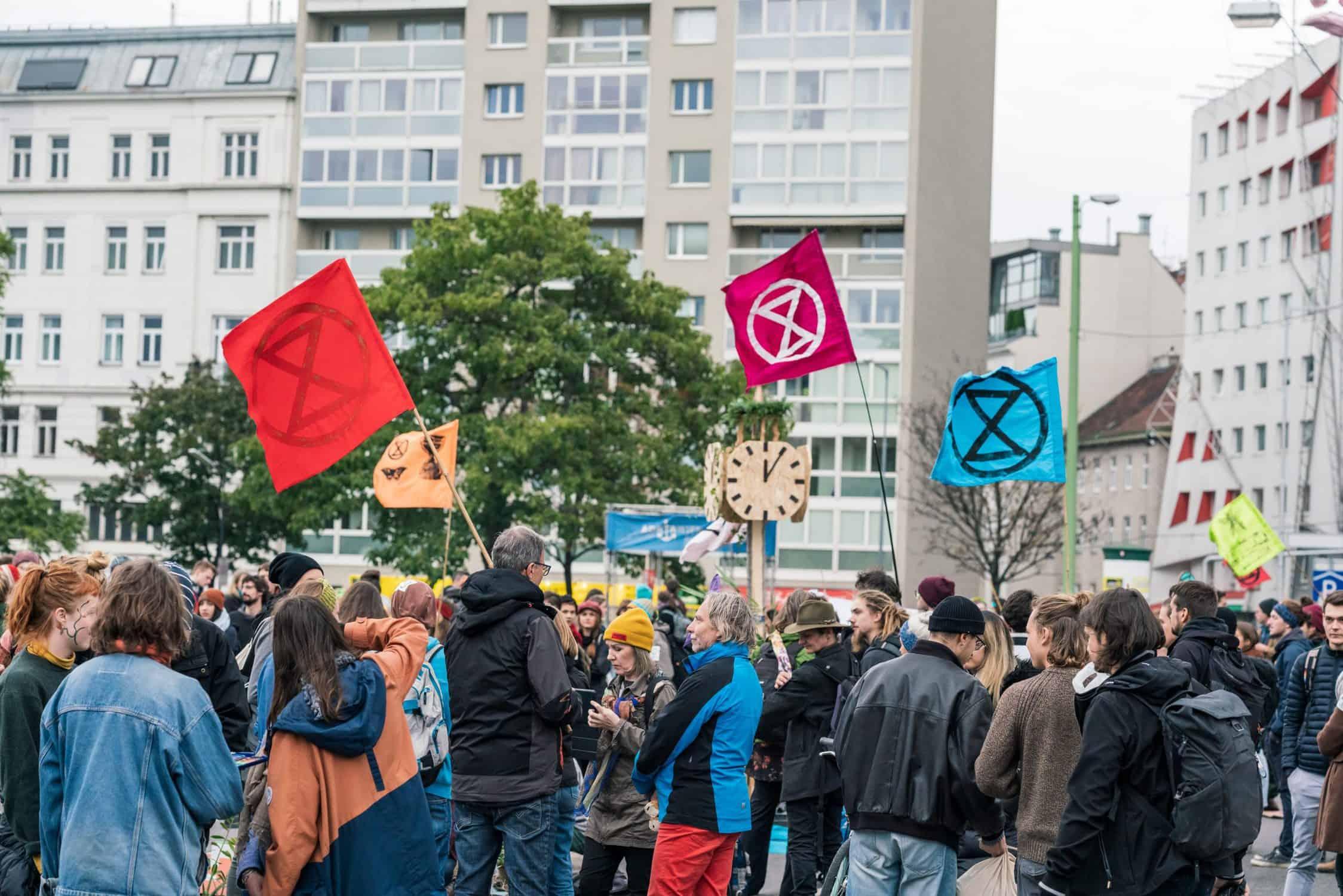 """XR AktivistInnen auf der """"Garden Bridge"""" während der Rebellion Week im Oktober 2019"""