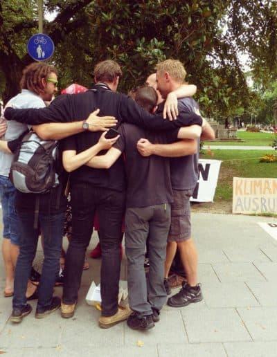 Gruppenfoto der AktivistInnen während eines Die-Ins am Volksgarten