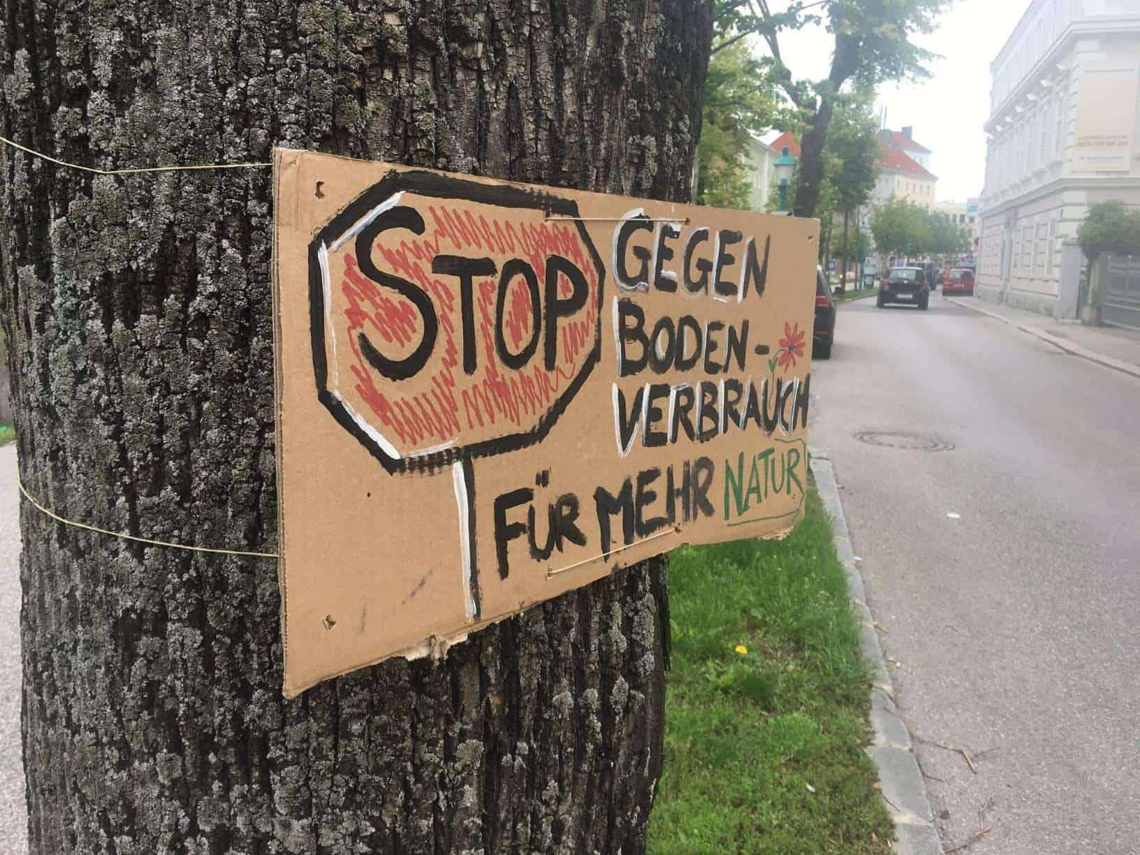 Ein Baum hält ein Schild und demonstriert gegen Bodenverbrauch und mehr Natur(Aktion #aufbäumen)